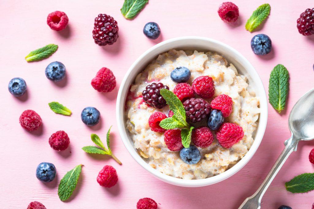 Porridge de quinoa, vanille fraise et lavande pauvre en FODMAPs