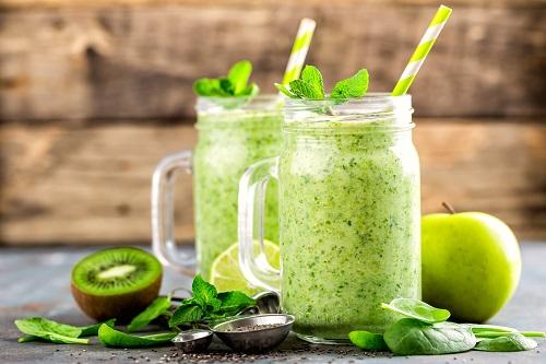 Smoothie vert aux épinards, pomme, kiwi, citron et graines de chia.